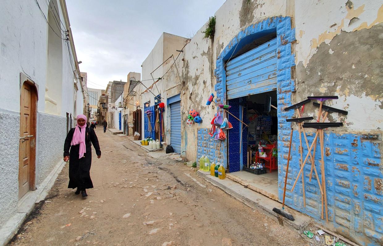 Een vrouw in de straten van Tripoli. De Libische hoofdstad wordt belegerd door krijgsheer Khalifa Haftar.