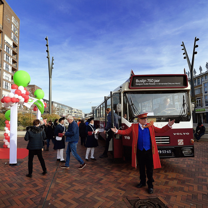 Verjaardagsevenement in binnenstad en rosada.op de nieuwe markt kon men de oude bba shuttlebus nemen naar rosada.  Foto Pix4Profs/Peter van Trijen