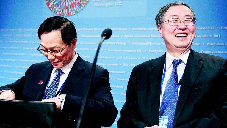 De Chinese minister van financiën Xie Xuren en de president van de Chinese centrale bank Zhou Xiaochuan lichten de BRICS-visie toe. FOTO © AP Beeld