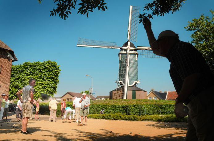 Ouderen spelen jeu de boules achter het Molenhuis in Beuningen.