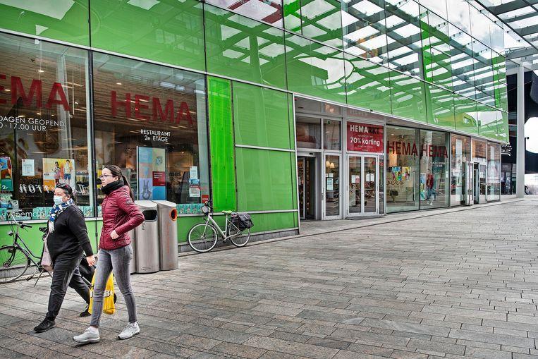 Vestiging van Hema in het centrum van Almere. In overleg met de verhuurders van een aantal panden heeft Hema de winkelhuur voor april en mei gehalveerd. Beeld Guus Dubbelman / de Volkskrant