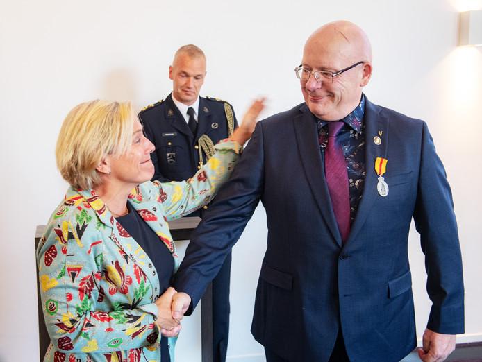 Henk Struijs kreeg de Eerepenning voor Menschlievend Hulpbetoon opgespeld door minister van Defensie Ank Bijleveld-Schouten.