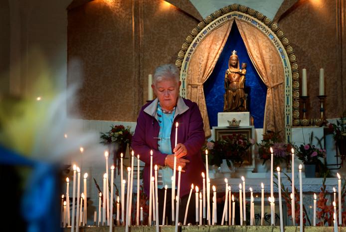 Een kaarsje opsteken ter ere van Maria van Renkum is voor veel pelgrims vaste prik tijdens de Gelderse bedevaart.