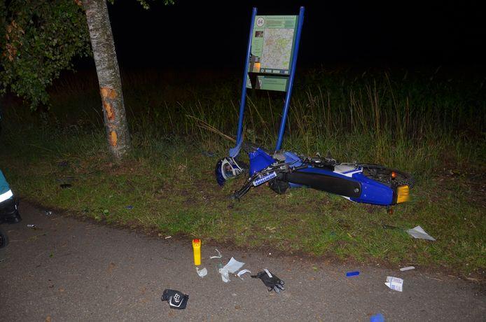 Jongeman uit Steenderen ernstig gewond na botsing op boom in buitengebied Vorden.  Van zijn brommer is weinig over.