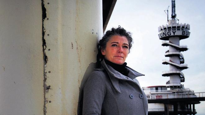 Gisèle Somer bij de Scheveningse Pier waar ze tot voor kort een grand café had. Dat ging failliet en was een van de oorzaken van haar financiële problemen.