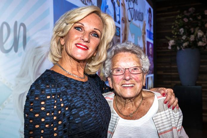 Tineke met haar moeder.