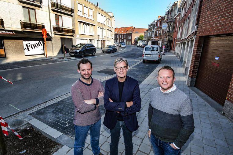 Bert Herrewyn, Philippe De Coene en Axel Weydts bij het recent vernieuwd voetpad in de Roterijstraat.