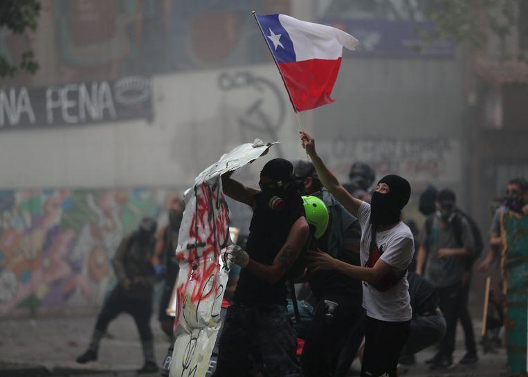 Demonstranten protesteren maandag in de Chileense hoofdstad Santiago tegen de regering.  Beeld REUTERS