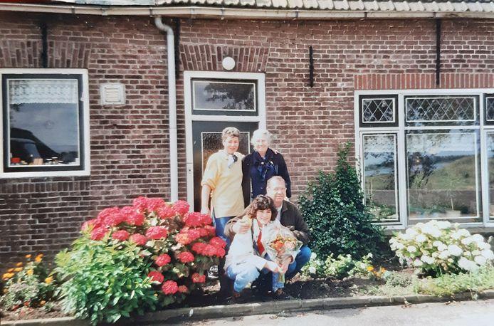 Nel, Jeanette en Louis van Rossum (vlnr) met hun moeder bij de opzichterswoning op Tiengemeten.