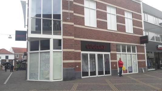 Papier voor de ramen van Coolcat in de Hamburgerstraat. De keten heeft besloten alle winkels te sluiten.