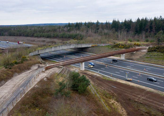De nieuwe fietsbrug (voorgrond) over de A1 naast het ecoduct.