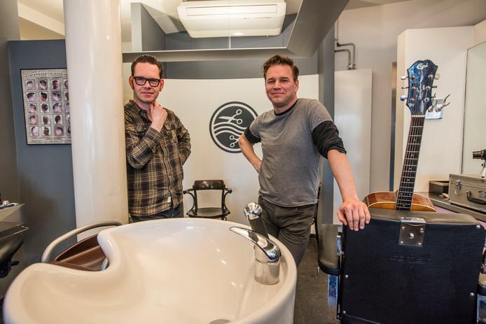 Roland Molegraaf (l) en Adrie Kauwenberg van de band Big Lake Tiny in de kapperszaak van eerstgenoemde