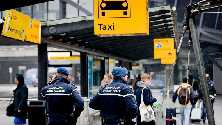 Agressieve taxironselaars zorgden al lange tijd voor veel overlast op de luchthaven. Beeld anp