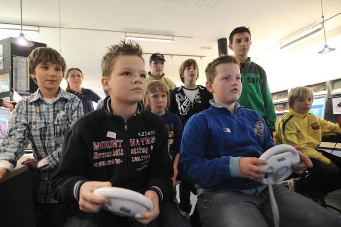 Kinderen gamen in de bibliotheek van Heinkenszand. foto Willem Mieras