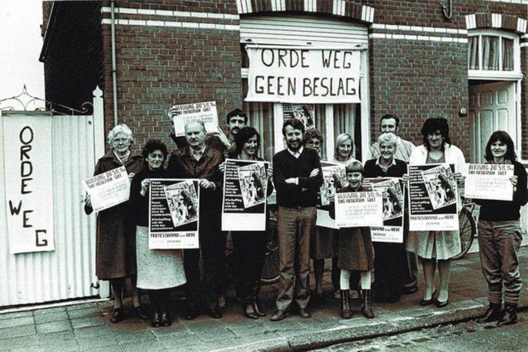 Frans Van Acoleyen met enkele van zijn patiënten in 1983.