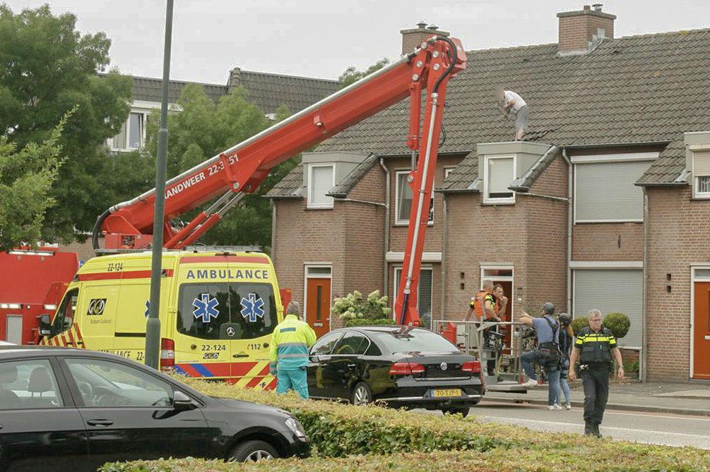 Verwarde man van het dak gehaald in Gemert.