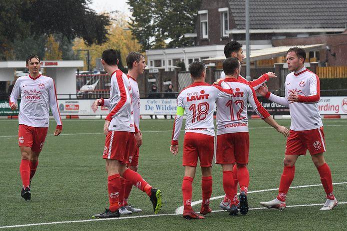 De spelers van Volharding vieren een treffer tegen Venhorst.