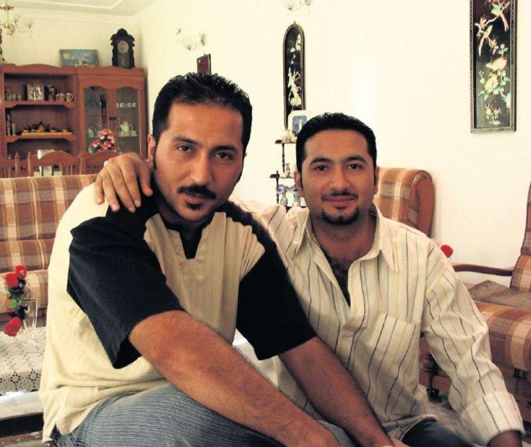 Links Ammar en rechts broer Ali, de twee tolken, in 2003 bij hen thuis. Beeld Hans Jaap Melissen