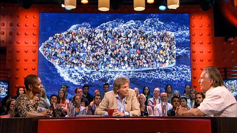 Tafeldame bij De Wereld Draait Door, met Matthijs van Nieuwkerk en rechts Martin Simek (2015). Beeld -
