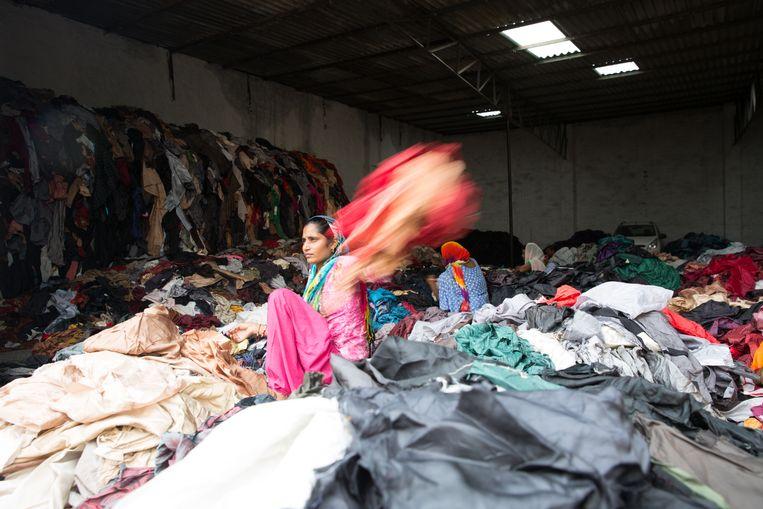 Een loods in Panipat waar textiel gesorteerd en verwerkt wordt Beeld Ruhani Kaur