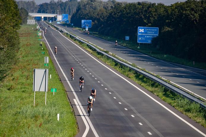 Fietsers racen over het asfalt van de N50 die speciaal voor de gelegenheid tussen Ens en Emmeloord is afgesloten. Op de omleidingsroute is nu een ongeluk gebeurd.