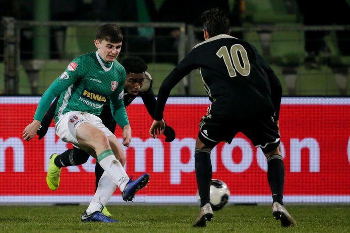 Simon Power (links) in actie tegen Jong Ajax.