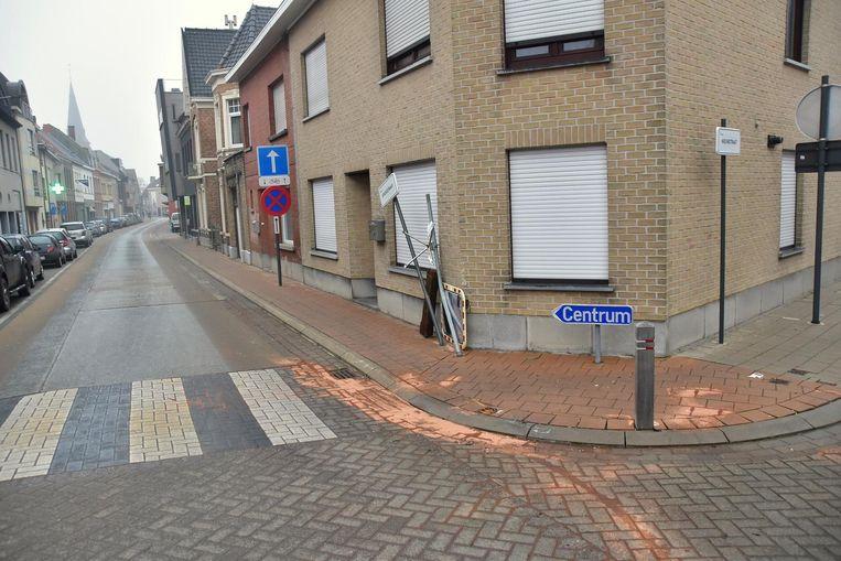 Het beruchte kruispunt Statiestraat-Weststraat-Nieuwstraat. Bij het ongeval sneuvelden een houten paaltje en een bolle spiegel.