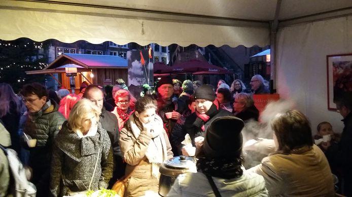 Lange rij voor de aardappelsoep van Greet Reinders.