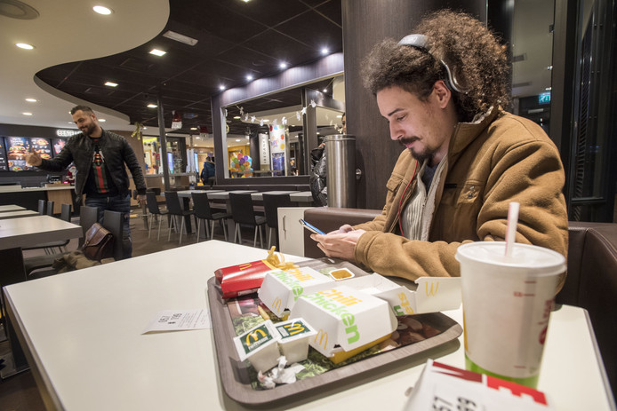 Delano Zuurman bij McDonalds.
