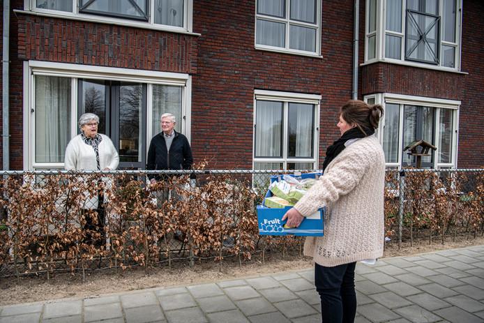 Joyce Ruyten brengt eten naar haar ouders in Wijchen.
