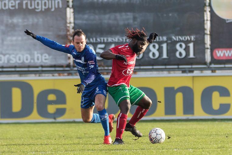 Sambou Sagna (r.) in duel met Kevin Merckaert van EEG.