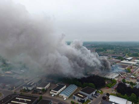 Zeer grote brand verwoest bedrijven Vorden, omliggende woningen en bedrijven ontruimd