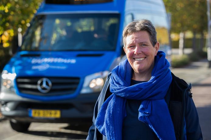 Karin Köster bij een buurtbus, die vanaf 17 februari ook moet gaan rijden tussen Lemelerveld, Luttenberg en Raalte.