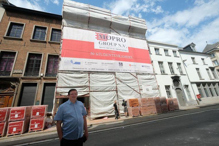 Philippe Vosters van buurtcomité Stadscampus voor het nieuwe studentenpand in de Lange Nieuwstraat.