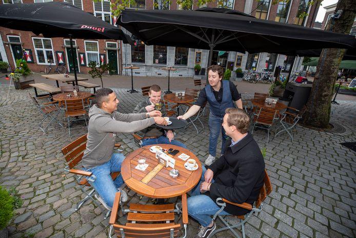 Een drankje bij Lucas Drinkwinkel op de Grote Markt in Schiedam, zag er tijdens de coronacrisis heel anders uit.