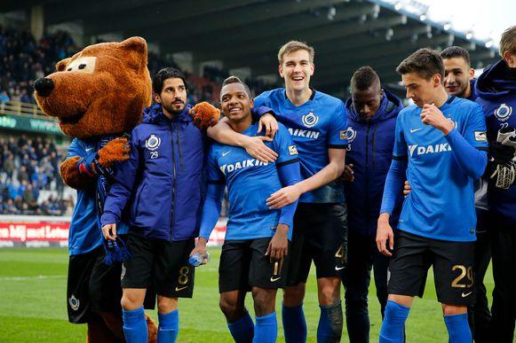 Club Brugge viert de overwinning in eigen huis tegen Charleroi (februari 2017).