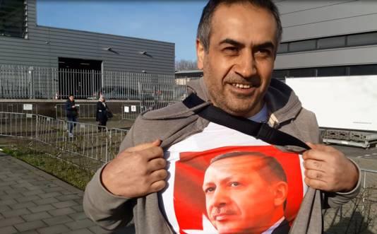 Turhan Topal met Erdogan-T-shirt.
