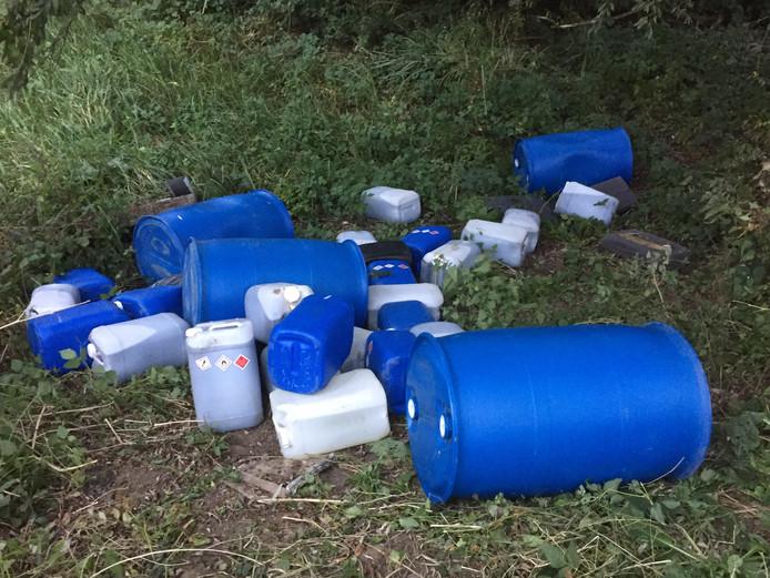 Op de Hoenzadrielsedijk in Hoenzadriel werd donderdag bijna 1500 liter aan (vermoedelijk) drugsafval gevonden.