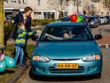 Jarige Jasper (7) uit Wezep ziet zijn toeterende mobiele visite eerst aan voor begrafenisstoet
