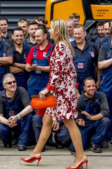 Goed voorbereide koningin Máxima neemt kijkje bij Oisterwijks Tobroco