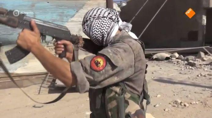 De 24-jarige Hagenaar die verdacht wordt van strijden in Raqqa voor de Koerdische YPG-militie tegen IS. Dit is een still uit de reportage van EenVandaag.