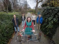 Vriendengroep fietst 225 kilometer op één dag voor ernstig zieke Emilie