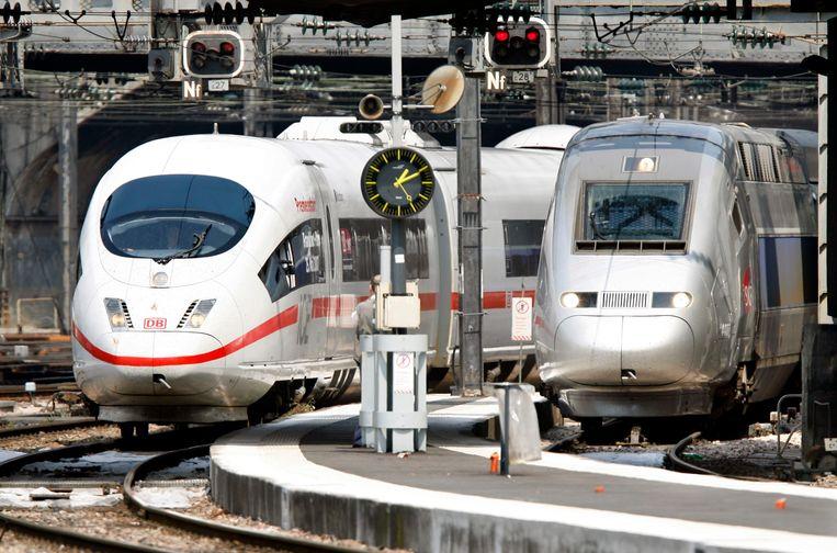 Twee hogesnelheidstreinen, de Duitse ICE 3 (links, Siemens) en de Franse TGV (rechts, Alstom) komen binnen op het station Gare de L'Est in Parijs. De EU-commissaris van mededinging, Margrethe Vestager, verbood vorig jaar een fusie van de treindivisies van Alstom en Siemens. Beeld Reuters,  Charles Platiau