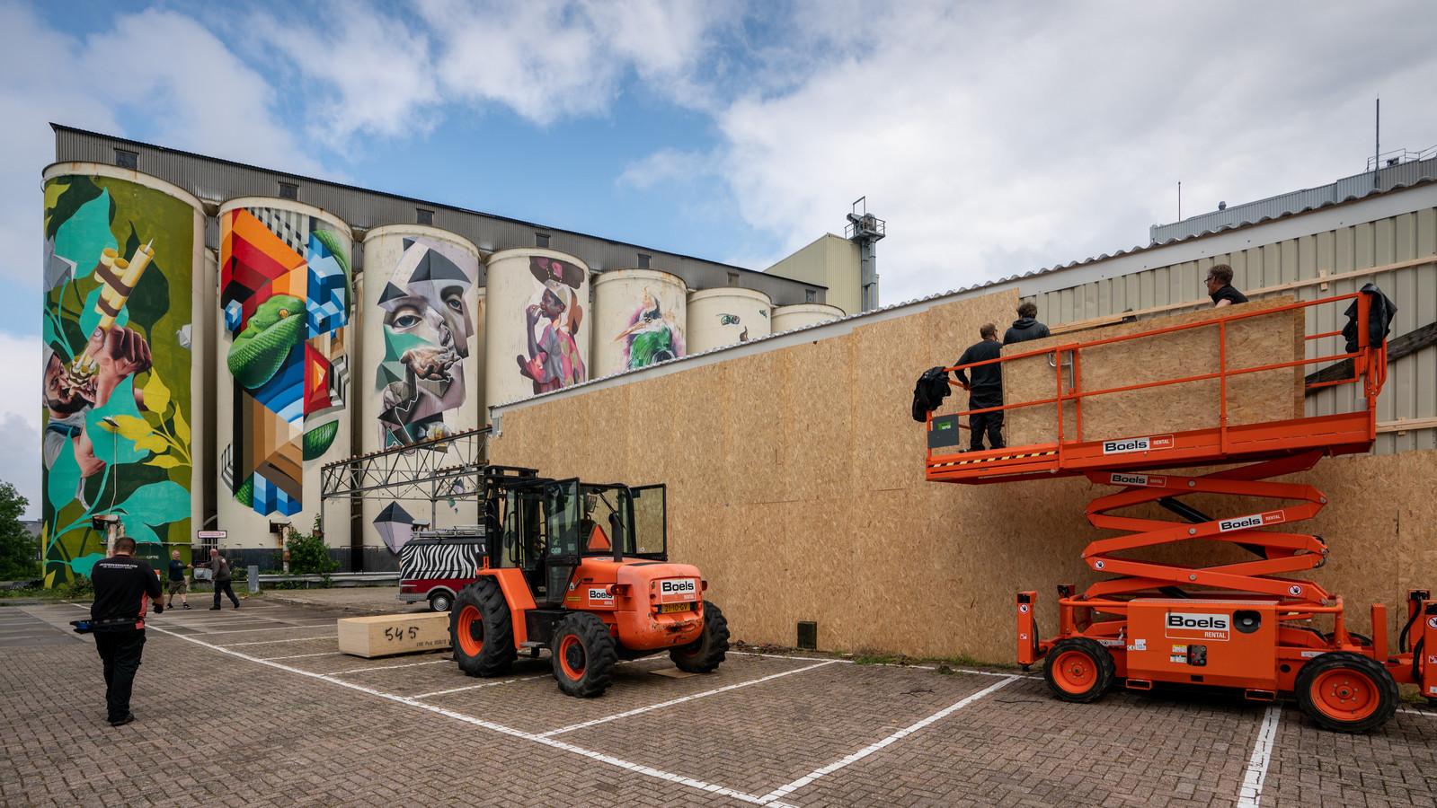 Nederland,  Den Bosch, er wordt hard gewerkt om het festival Kings of Colors voor te bereiden. Foto, de wand die in elkaar wordt gezet dient als graffitti wand komend weekend iop dec tramkade.