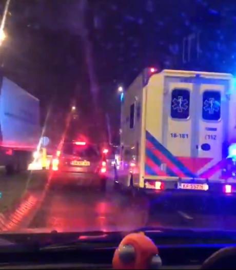 Ambulance moet zich door verkeersdrukte in Dordtse binnenstad wurmen: 'Dit is absurd'