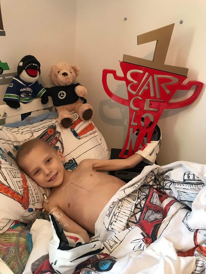 De 5-jarige Harry in zijn bed in Redhill, met de door Hamilton gewonnen beker naast zich.