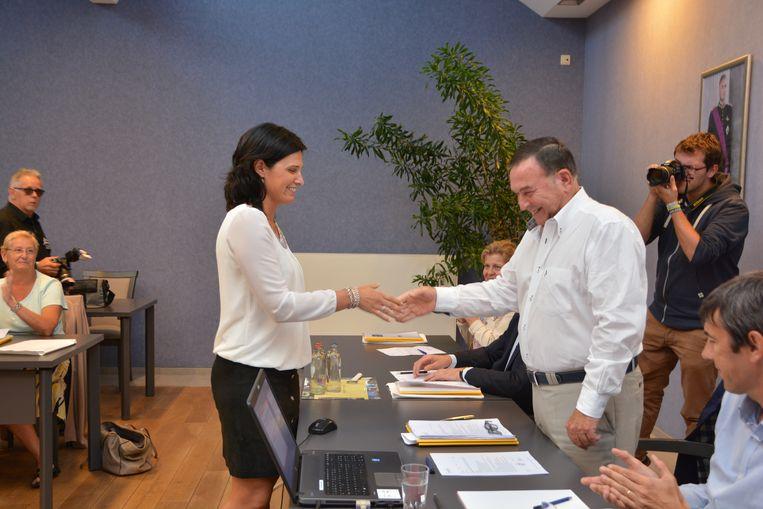 Veroniek Seynaeve schudt de hand van burgemeester Karlos Callens.