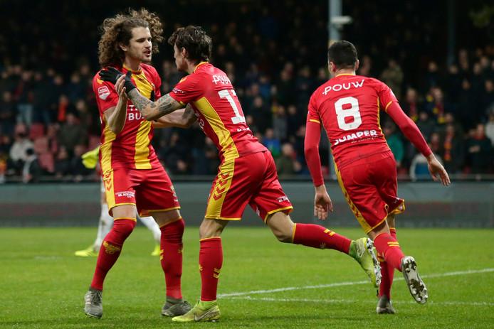 Mael Corboz (l) bejubelt Adrian Edqvist na zijn 1-1 voor Go Ahead Eagles . Antoine Rabillard (8) wil het feestje best meevieren.