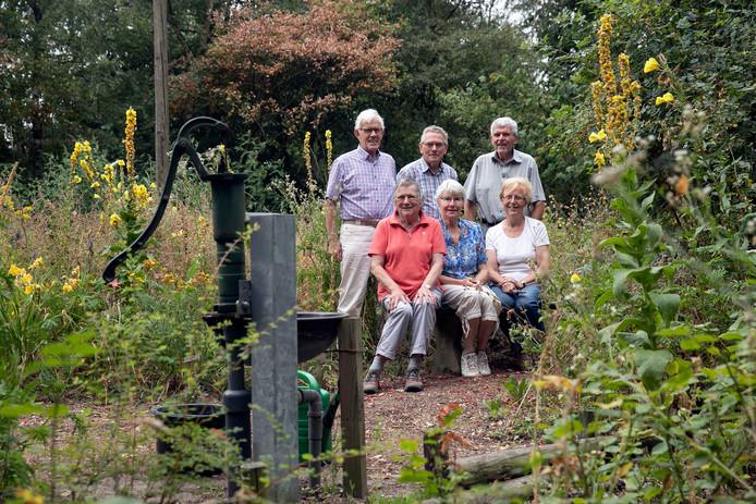 Leden van de werkgroep Vlindertuin. Staand vlnr: Jos van Gerwen, Jan Das en Jan Verreijt. Zittend vlnr: Riet Verreijt, Nellie Das en Sjaan Smits.