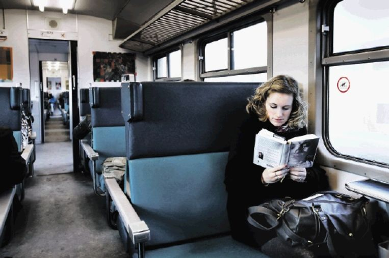 De trein blijft een ideale plek om te lezen, vooral buiten het spitsuur. Marielle van Leeuwen (17) verdiept zich in 'Haar naam was Sarah'. (FOTO WERRY CRONE) Beeld